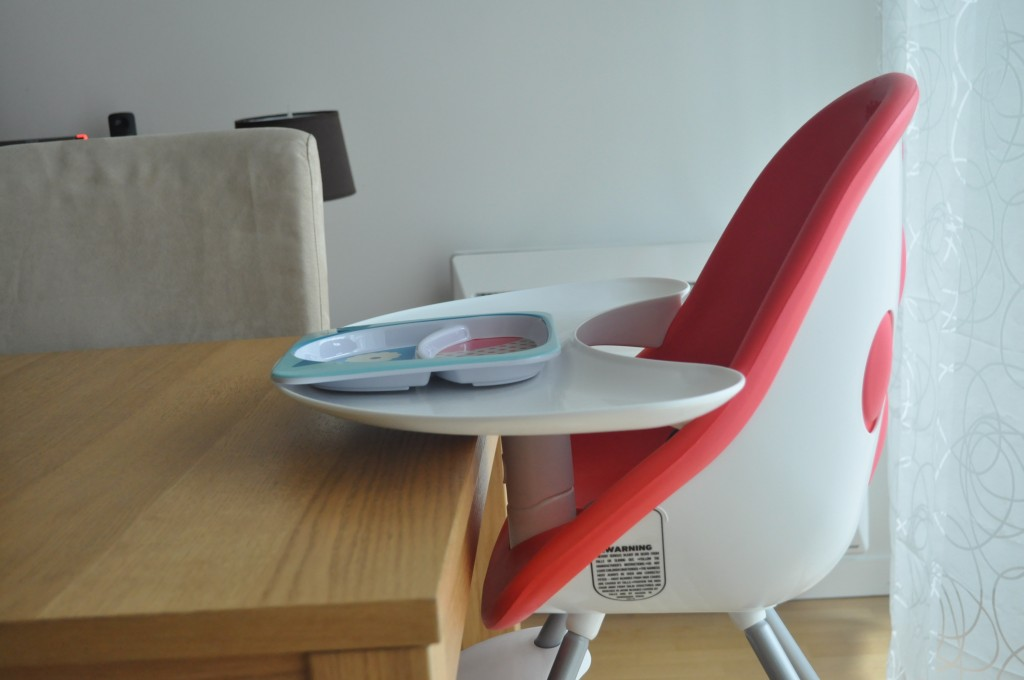 La chaise haute Poppy s'adapte à la table