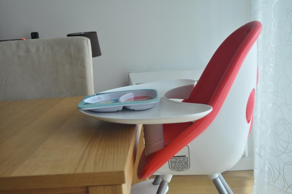 La chaise haute Poppy s'adapte à la table
