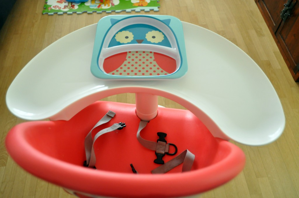 Le plateau en demi-cercle de la chaise haute Poppy de Phil and Teds