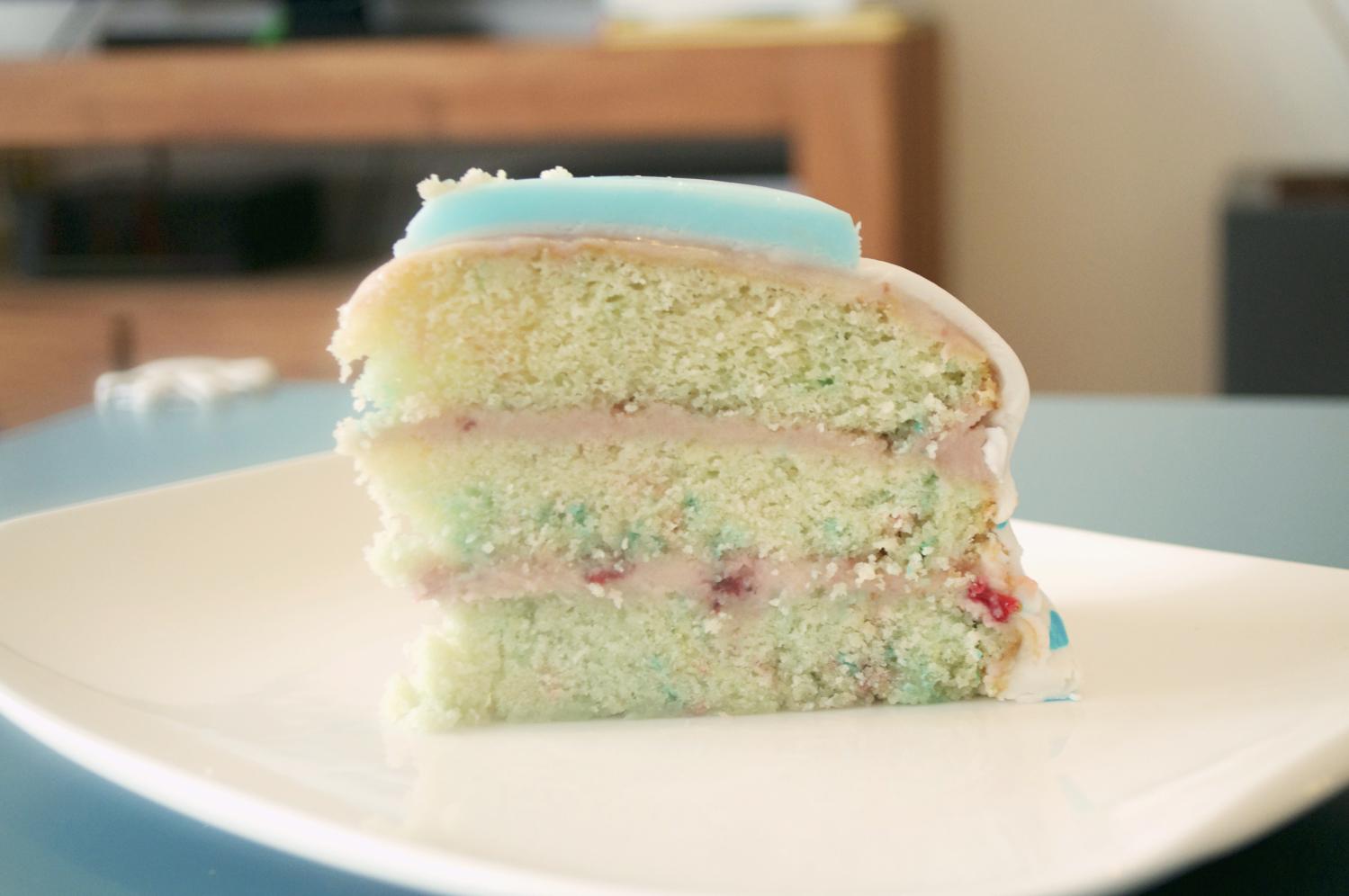 gâteau d'anniversaire enfants à étages coloré et original