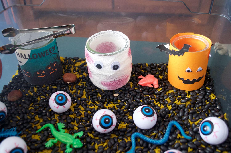 bac sensoriel activité montessori halloween