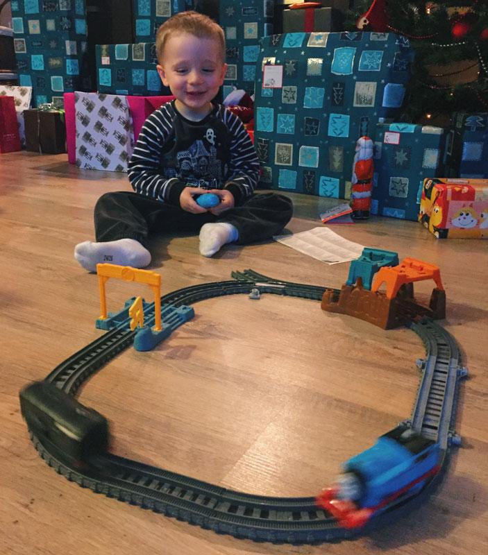 Gabriel découvre le train électrique Thomas et ses amis