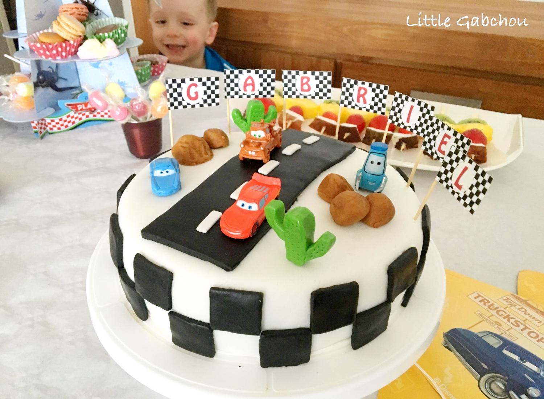 Vue sur le gateau d'anniversaire Cars et le présentoir de cupcakes Planes