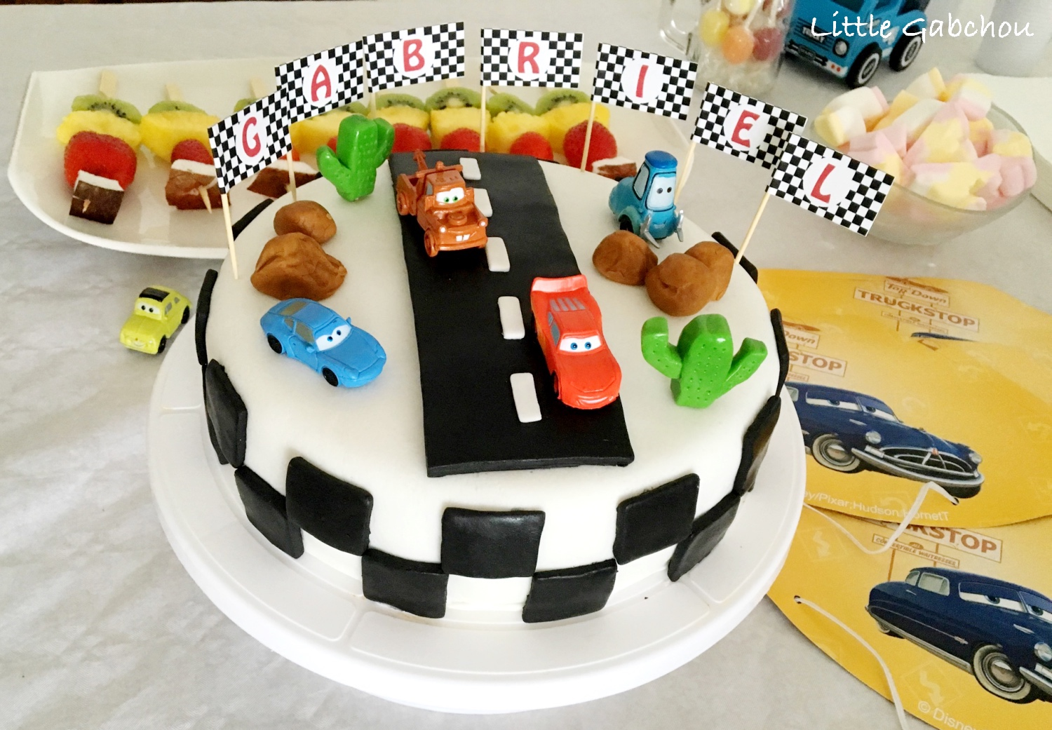 cake design g teau d 39 anniversaire sur le th me de cars. Black Bedroom Furniture Sets. Home Design Ideas