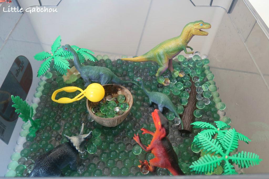 bac sensoriel dinosaures et perles d'eau