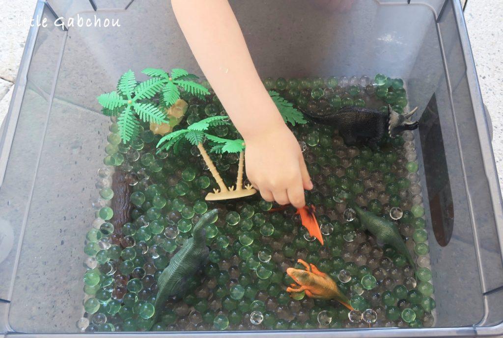 bac sensoriel perles d'eau et dinosaures