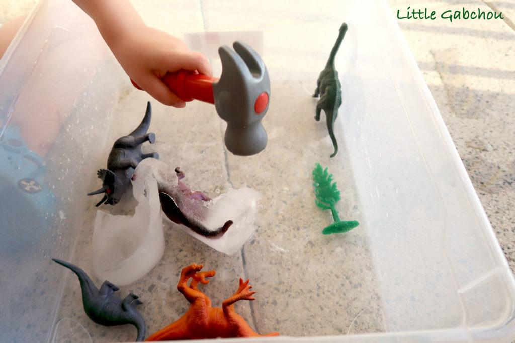 activite-avec-dinosaures en glace pour enfants