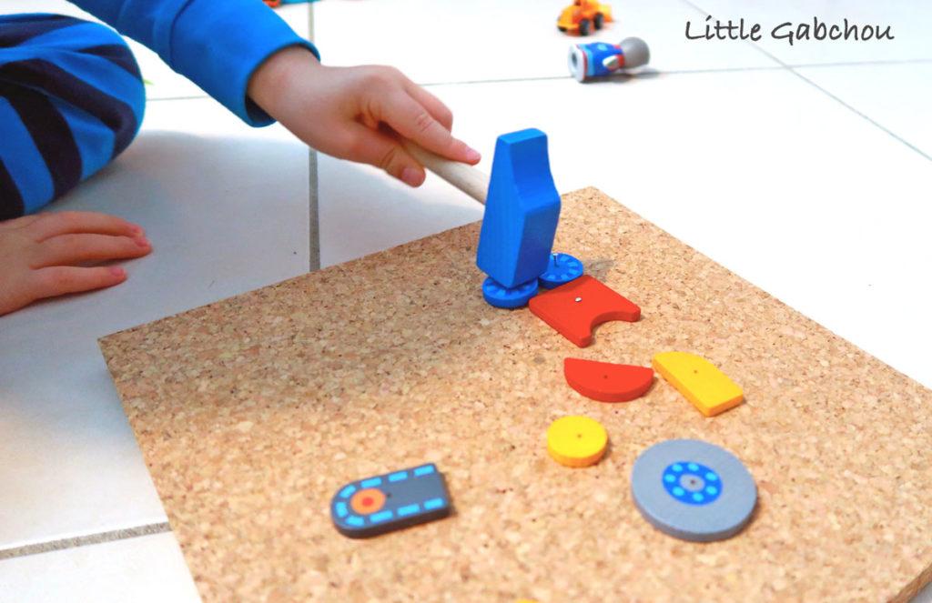 ateliers Montessori jeu de clous pour la motricité fine