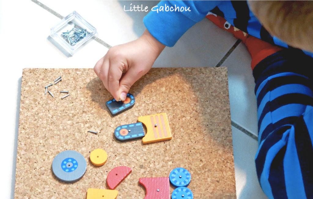 activité Montessori avec jeu de clous et marteau