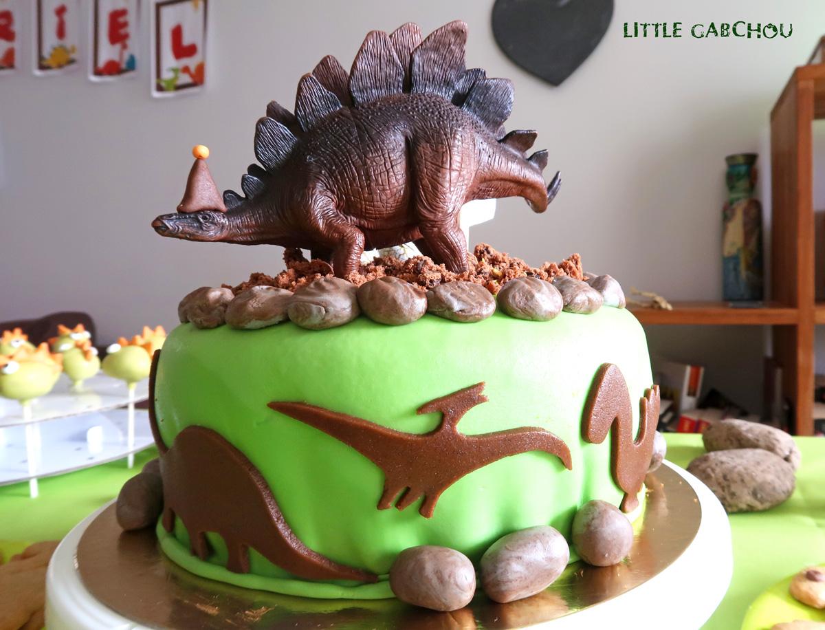 gâteau d'anniversaire sur le thème des dinosaure