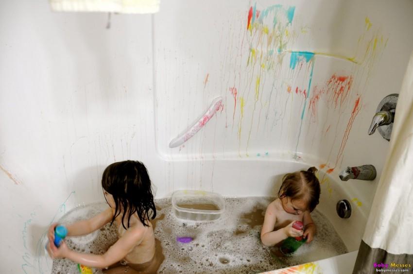 des enfants et bazar dans la salle de bain