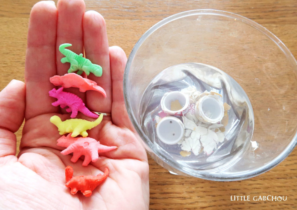 des oeufs de dinosaures éclos en jouet