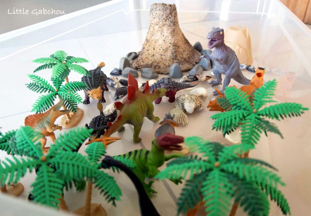 bac sensoriel dinosaures et volcan