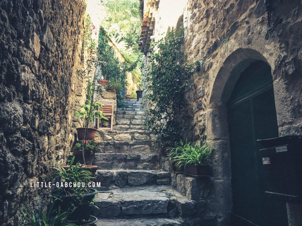 Dans les petites ruelles médiavales de Saint Guilhem