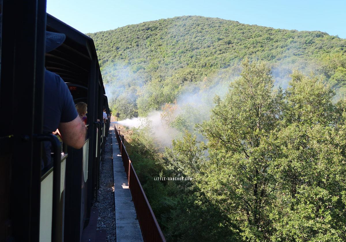 des projections d'eau lors du trajt à bord du train à vapeur