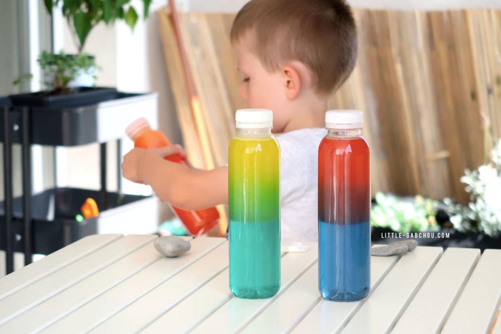 jouer avec des bouteilles sensorielles mixer les couleurs