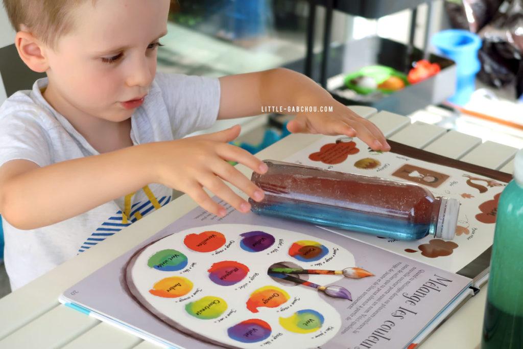 atelier éducatif couleurs avec des bouteilles sensorielles