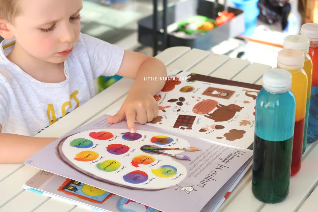 ateliers sur les couleurs avec bouteilles sensorielles et livre usborne