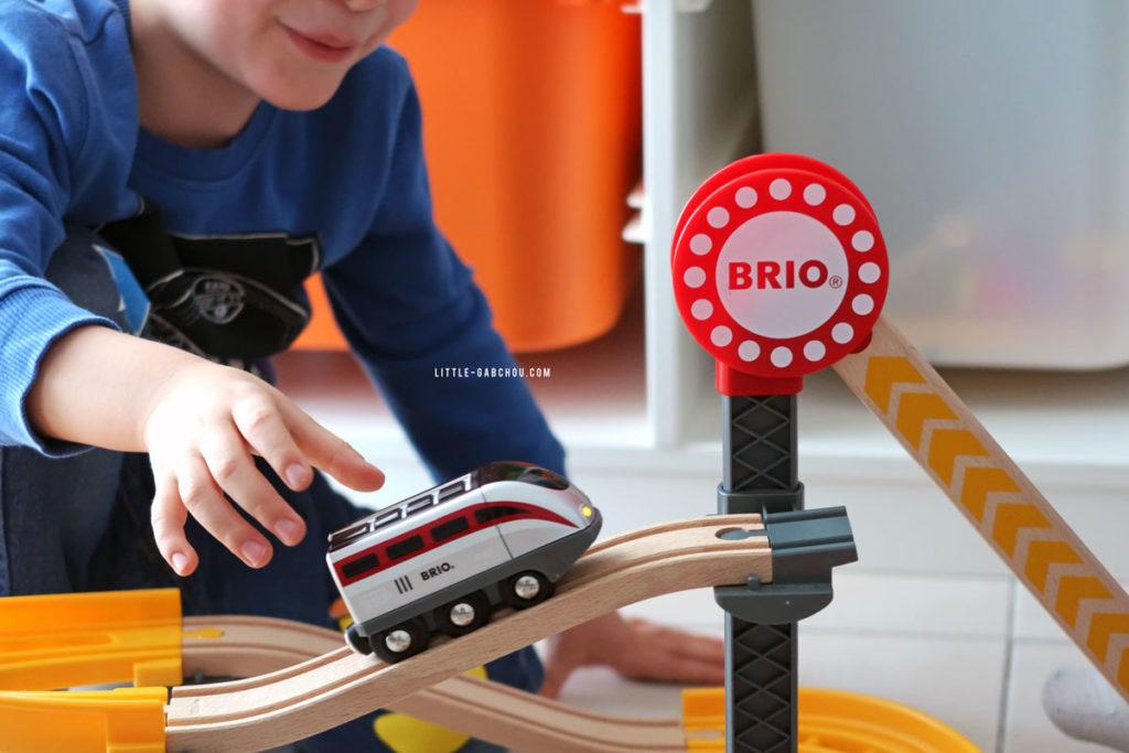 train électrique et circuit en bois pour enfant