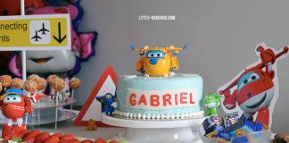 Idées de décoration et gâteau pour fête d'anniversaire sur le thème des Super Wings et des avions pour petits garçons.