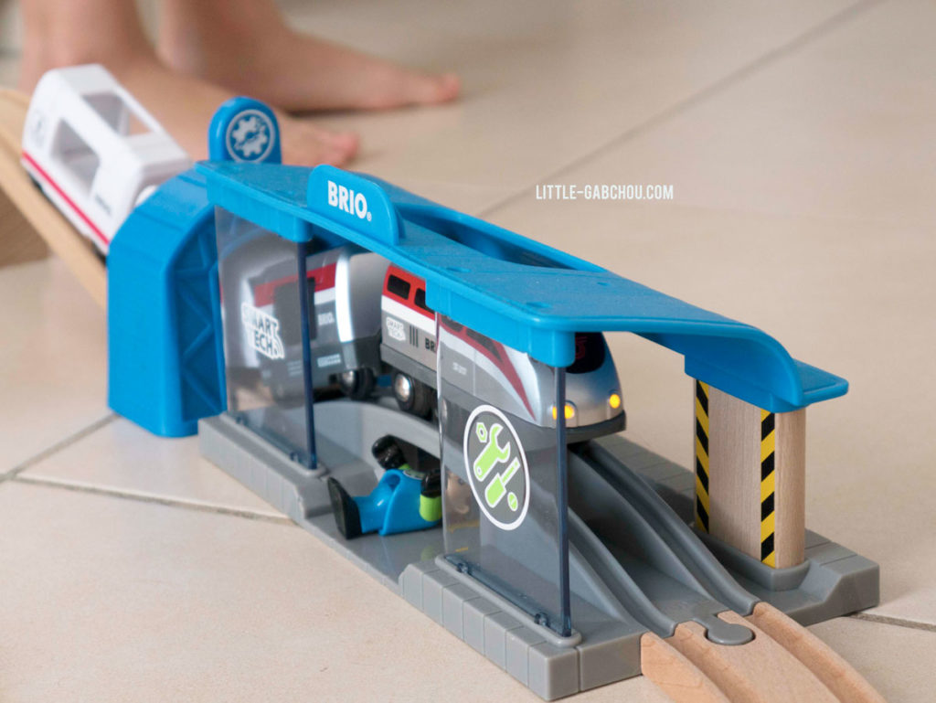 circuit Brio avec la locomotive Smart Tech