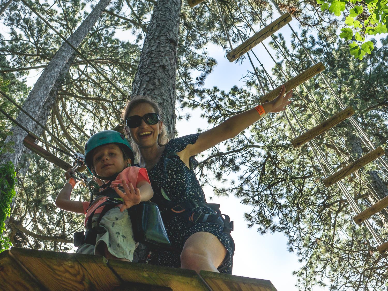 Activités à faire avec des enfants près d'Annecy, accro branche au parc Accro Aventure de Talloires