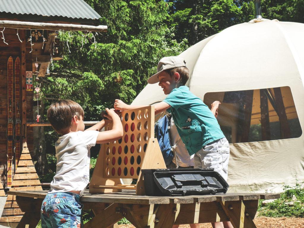 Jeux d'enfants à l'éco bivouac de Semnoz idée de séjour en famille