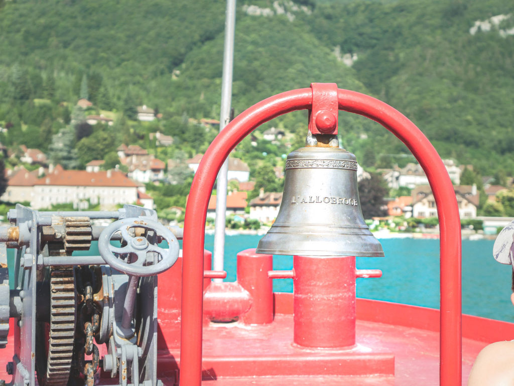 Vacances en famille au lac d'Annecy, croisière en bateau sur le lac