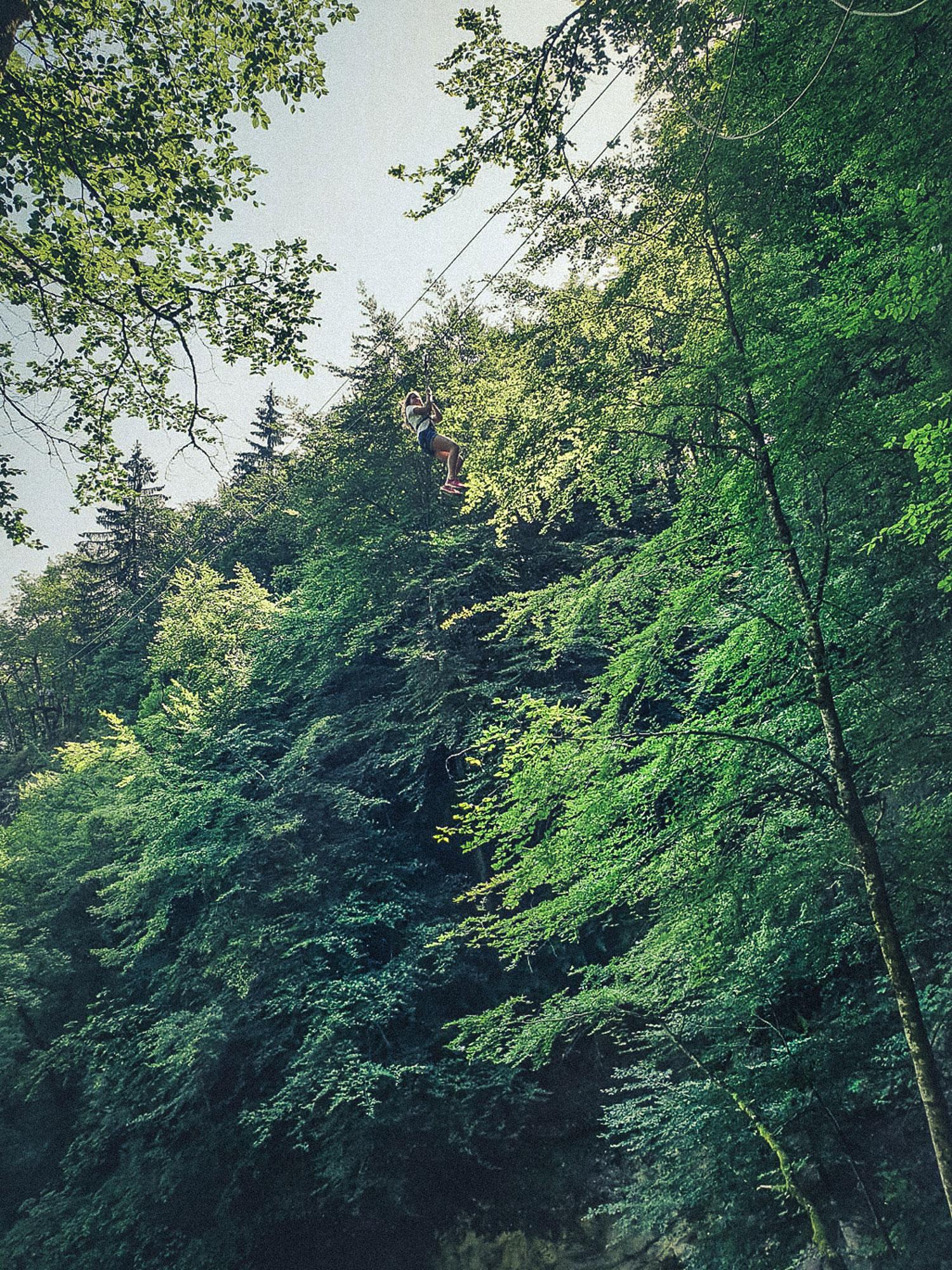 Tyrolienne sur le site de la grotte et des cascades de Seythenex près d'Annecy