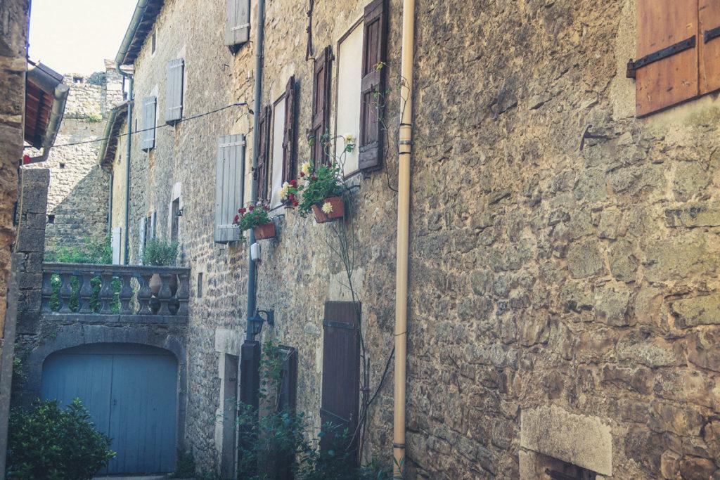 Saint Eulalie de Cernon village médiéval beau à visiter près de Montpellier et Millau