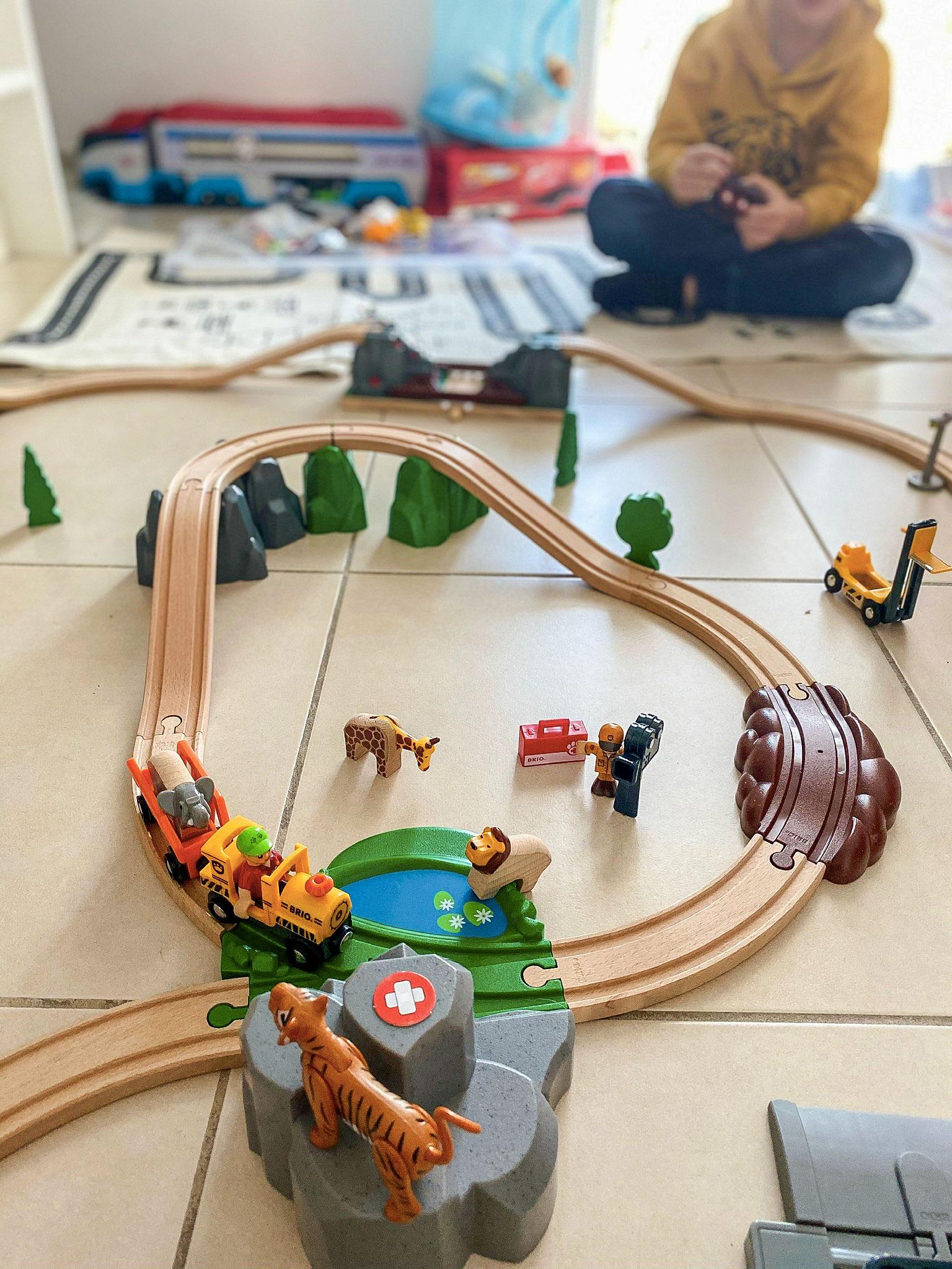 Circuit en bois avec train et animaux safari et savane de Brio