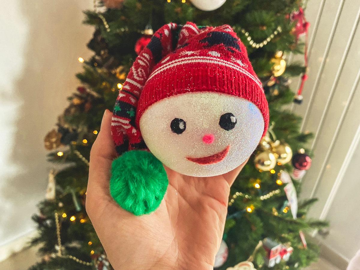 Boule de Noël fait maison petit lutin à partir de boule transparentes