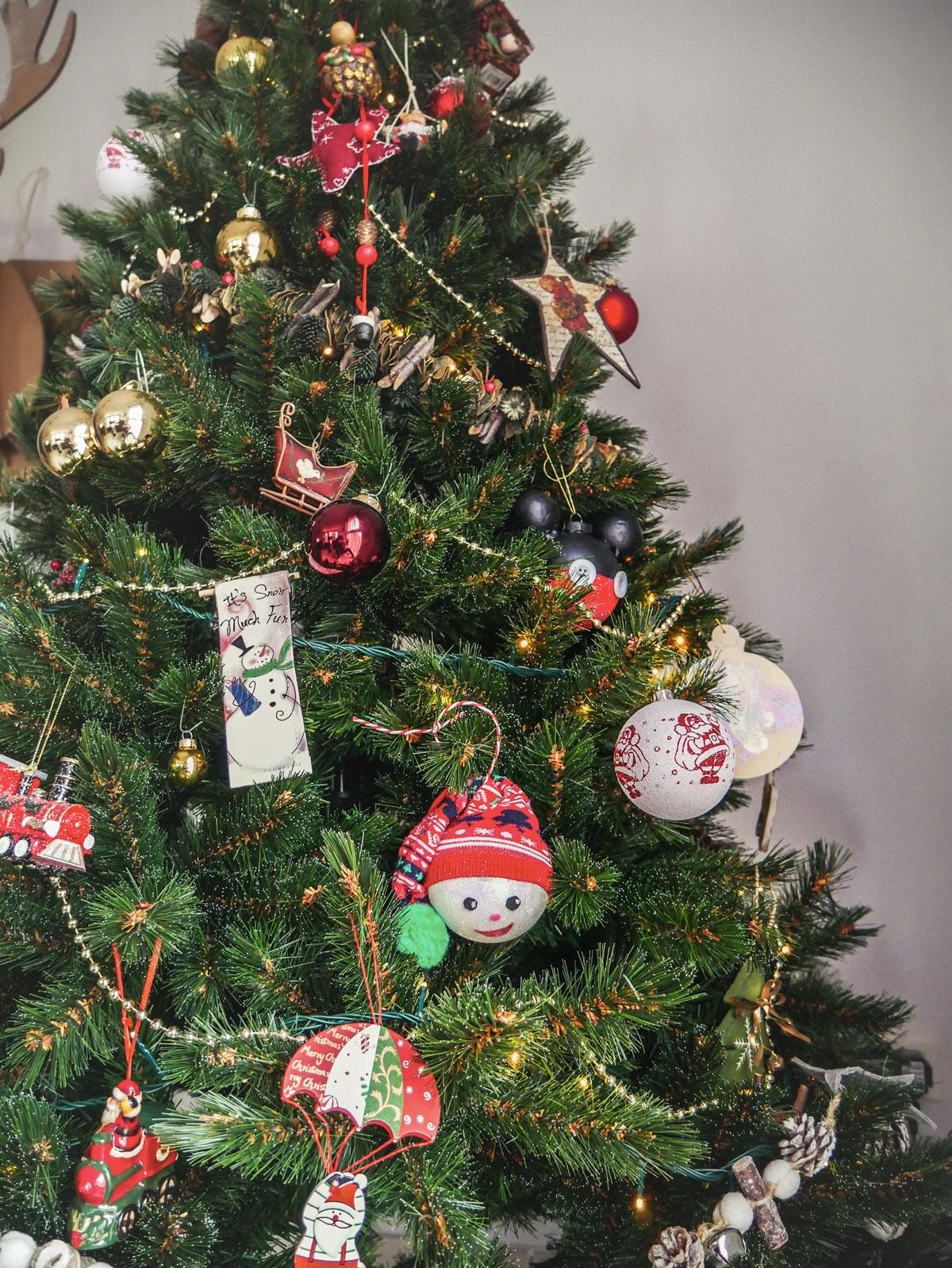 Décorations de Noël pour le sapin fait main à partir de boules transparentes