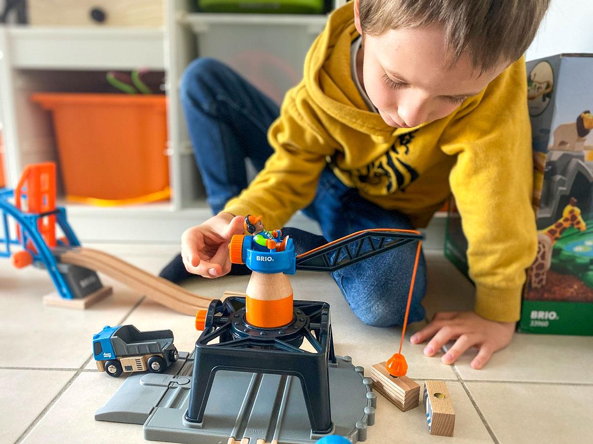 Test des circuits en bois Brio de Smart Tech avec la grue de chargement de conteneurs
