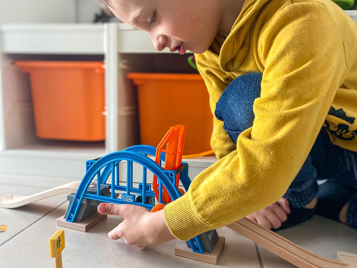 Test Brio Smart Tech et le pont levant élément du circuit en bois interactif