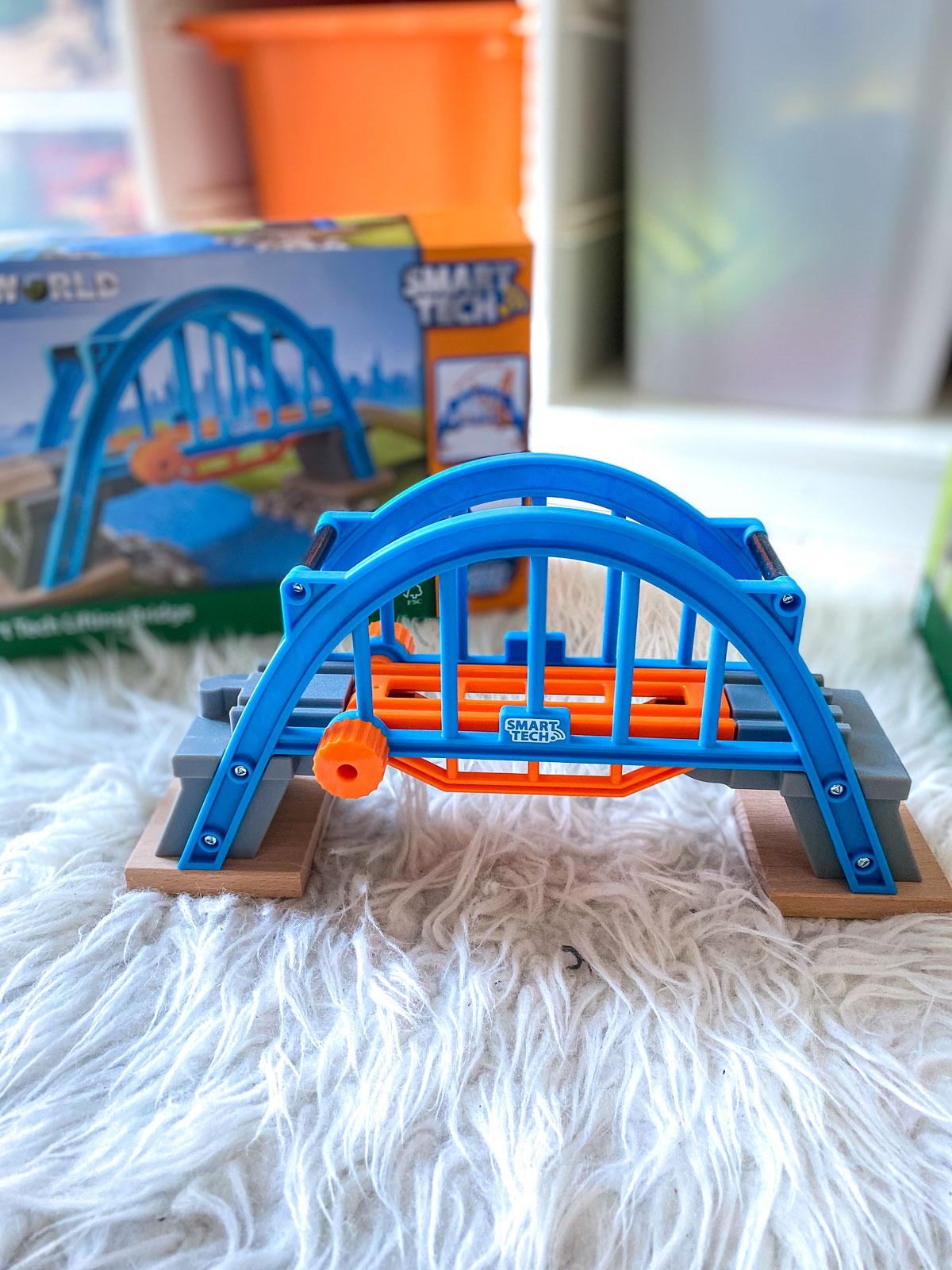 Circuits en bois interactifs de Brio Smart Tech et le pont levant de Brio