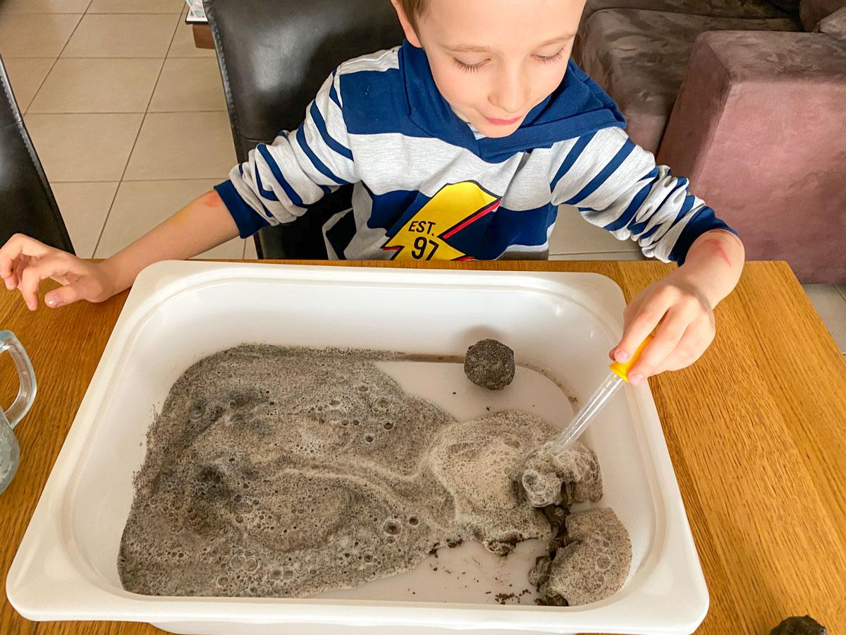 Activité pour enfants fabriquer des pierres lunaires surprises
