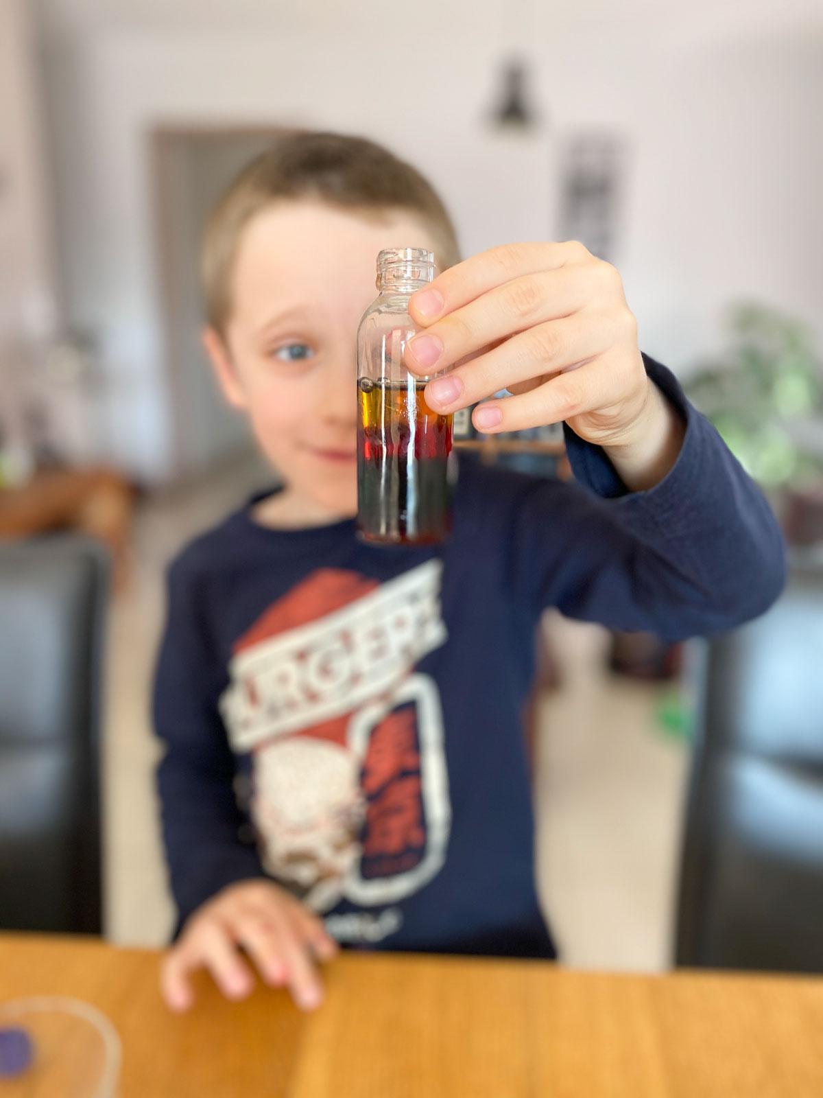 Activité scientifique enfant sur la densité de l'eau et du sucre