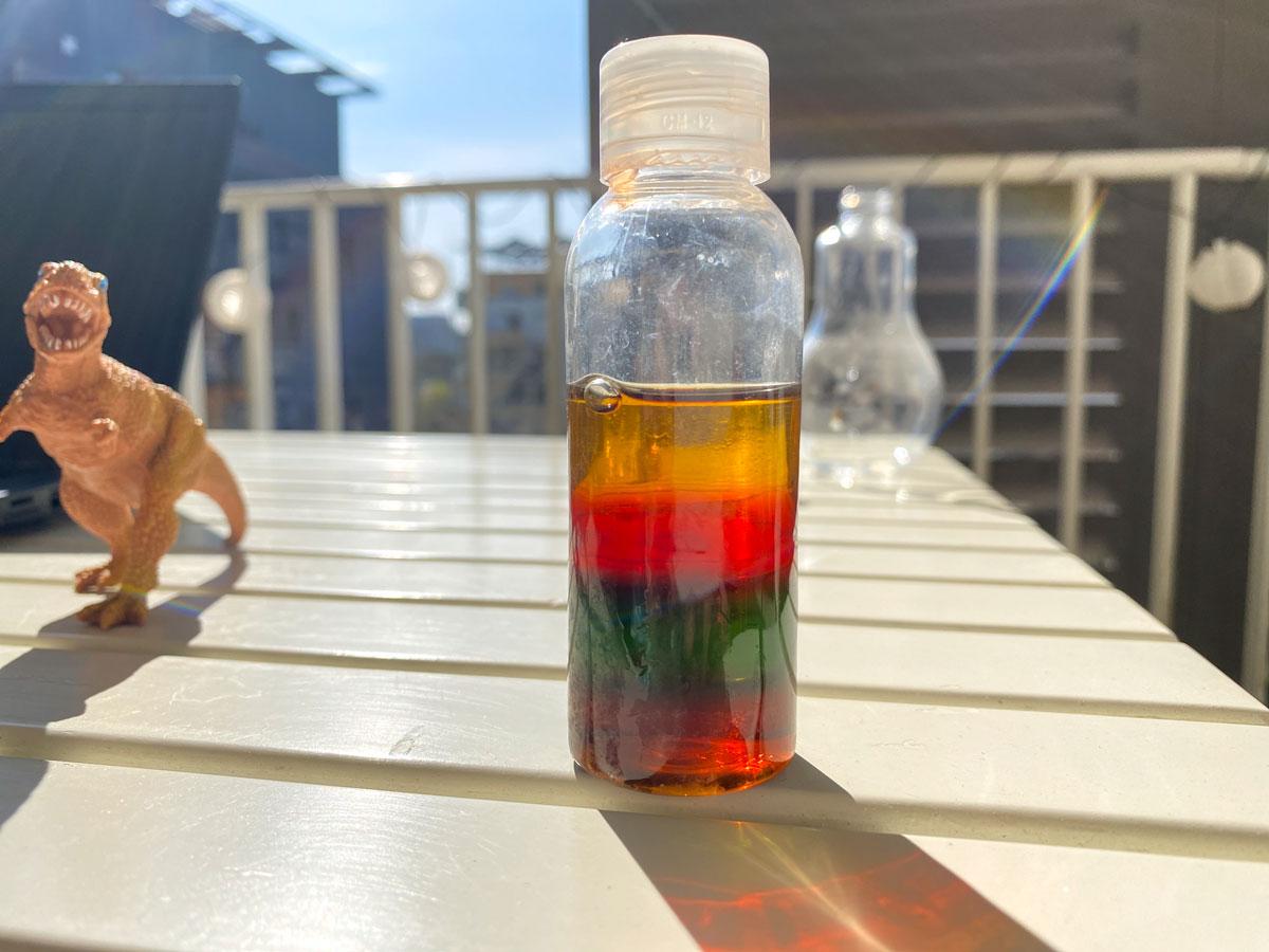 Activité scientifique pour les enfants sur le thème de la densité avec des bouteilles multi-couleurs