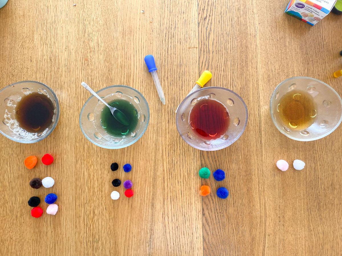 Expérience sur la densité de l'eau et du sucre pour faire des bouteilles multi-couleurs