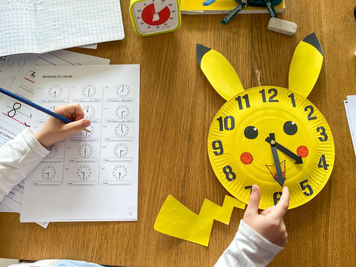 apprendre à lire l'heure à l'aide d'une horloge fabriqué maison avec des assiettes en carton