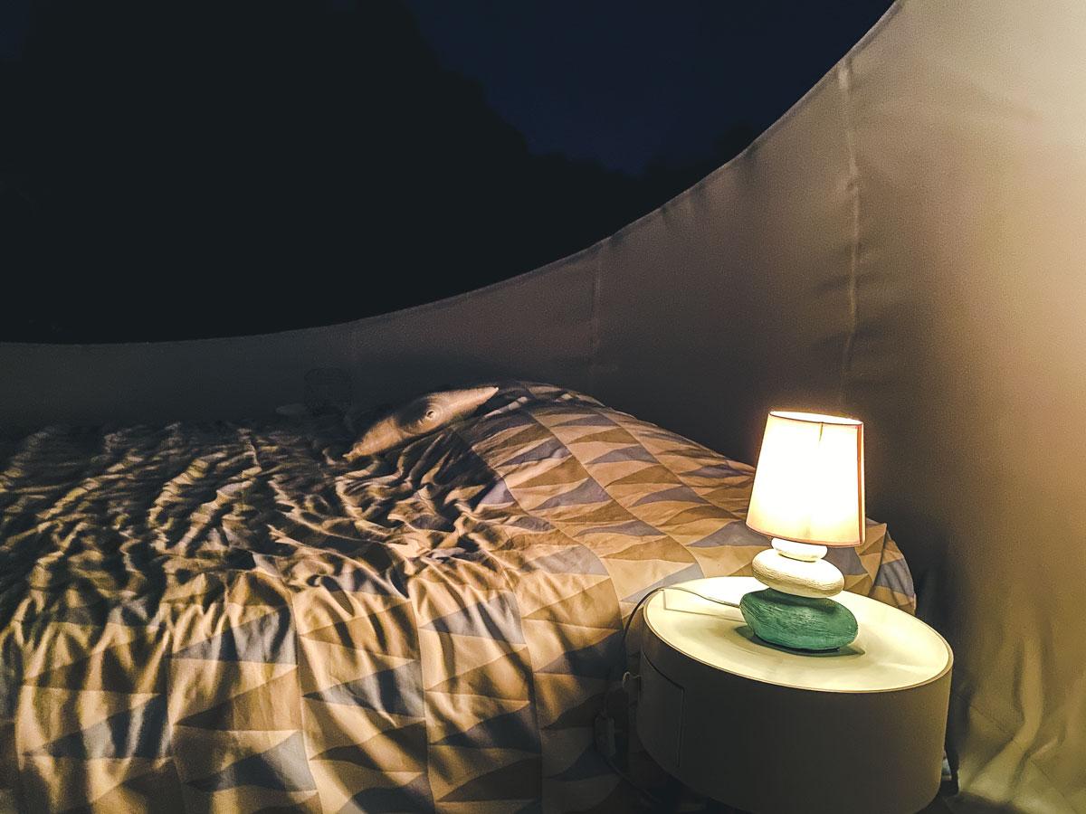 Nuit dans une bulle transparente pour observer des étoiles
