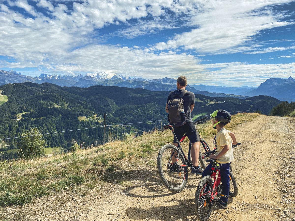 Activités en famille aux Gets dans les Alpes, faire du VTT.
