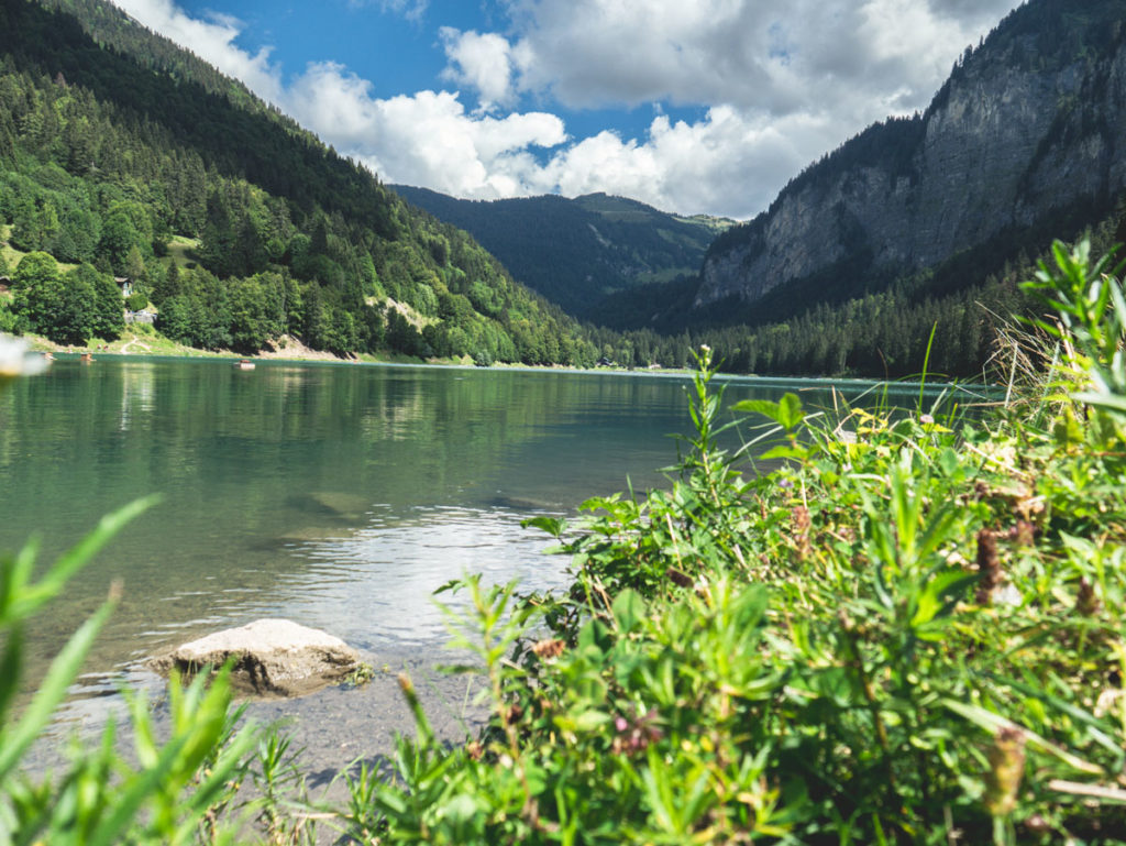 Le lac de Montriond dans les Alpes, activités et randonnées en famille