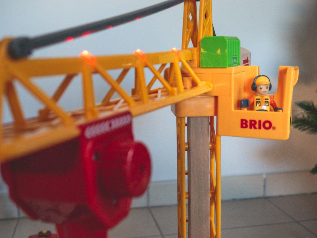 Avis sur la grande grue lumineuse de BRIO élément pour circuit en bois