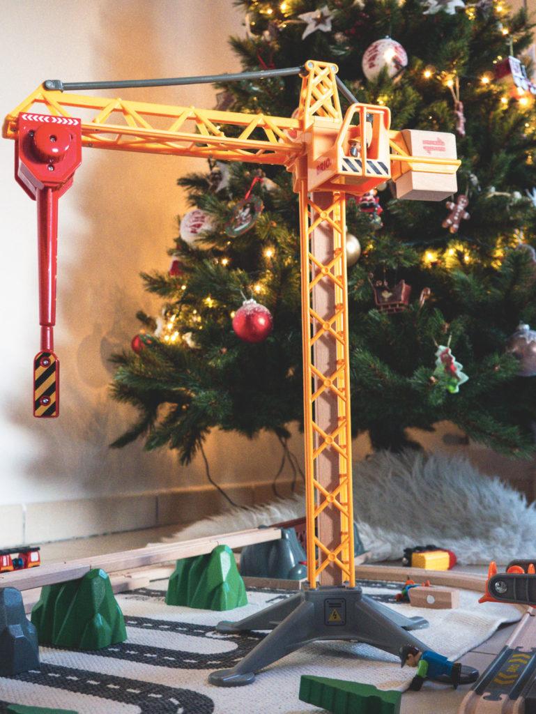 Idée cadeau pour les enfants , la grande grue lumineuse de Brio pour circuits en bois
