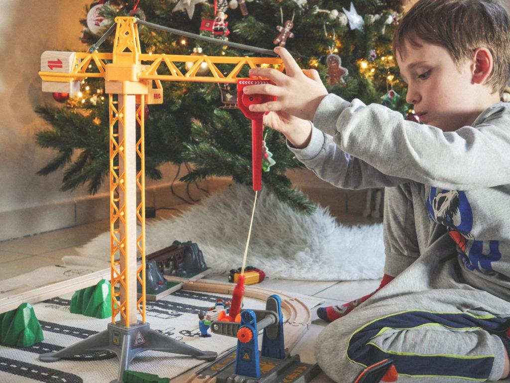 Test de la grande grue lumineuse de Brio l'idée cadeau idéale pour les enfants de 3 ans et plus.