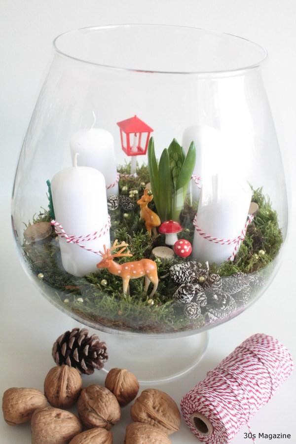Couronne de Noël avec des bulbes de fleurs dans un récipient en verre